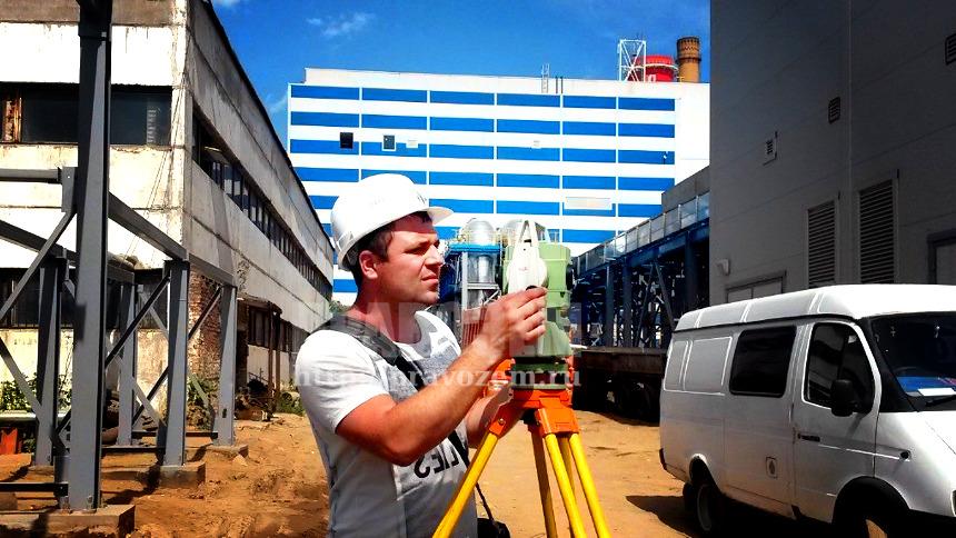 инженер выполняет межевание участка