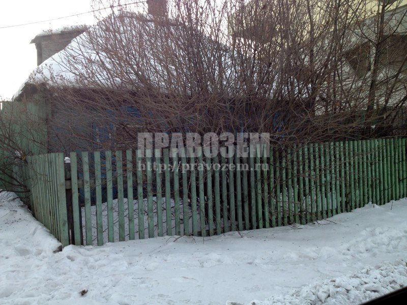 дом стоит на меже и забор не по нормам