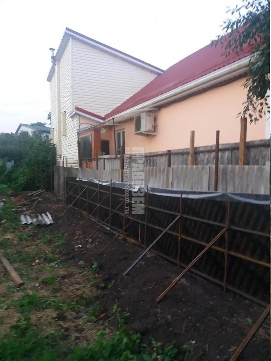 Построили дом на меже не по нормам