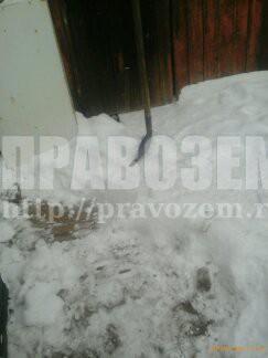 Снег с крыши соседа падает к нам на участок