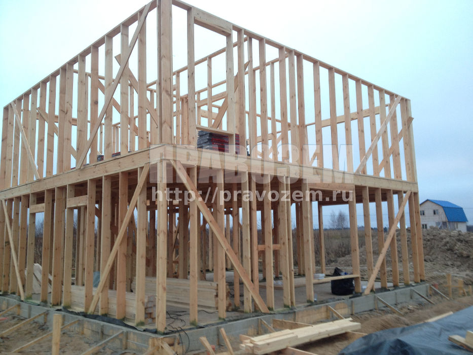 Недостроенный дом на стадии залитого фундамента и возведение стен