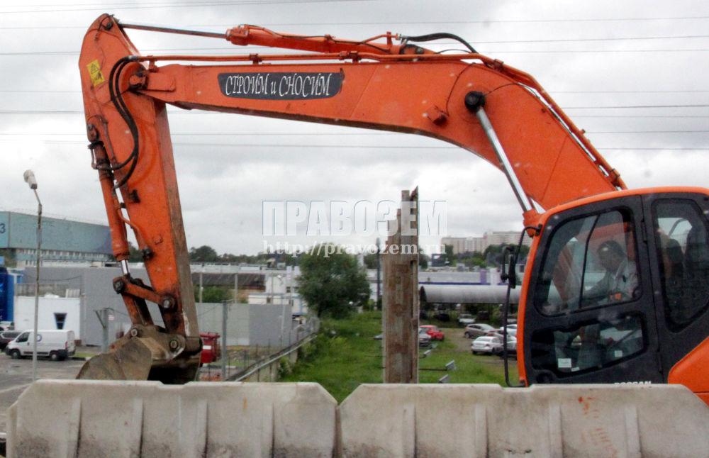 Экскаватор переоборудованный под снос незаконных построек